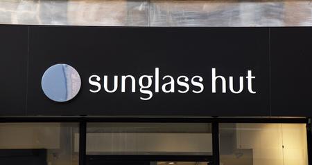 Amsterdam, Nederland-5 maart 2017: Brievenbus zonnebril in een winkel in Amsterdam