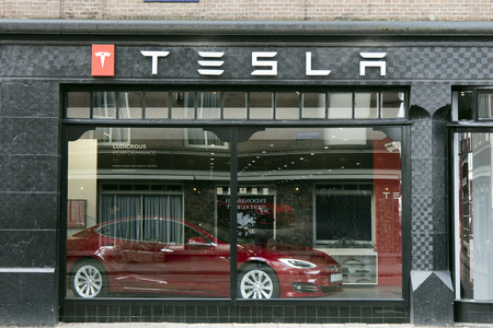 Amsterdam, Nederland 5 maart 2017: Tesla winkel in Amsterdam Redactioneel