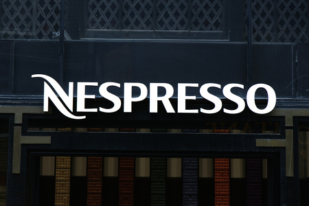 Amsterdam, 5 Nederland-Maart, 2017: Brieven nespresso op een muur in Amsterdam