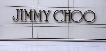 Amsterdam, Nederland-5 maart 2017: Brieven Jimmy Choo in een winkel in Amsterdam