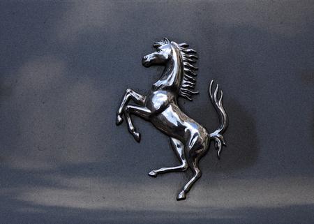 Amsterdam, Nederland-maart 5, 2017: ferrari paard op een auto in Amsterdam Redactioneel