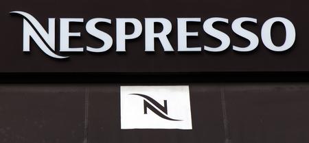 Amsterdam, Nederland-5 maart 2017: Letters nespresso op een muur in Amsterdam