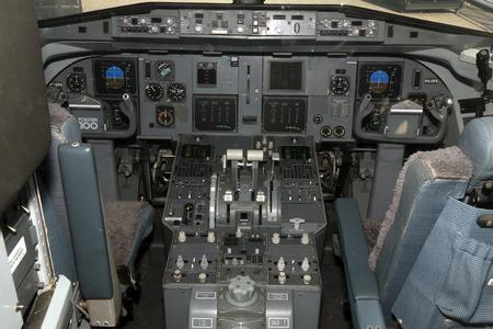 Amsterdam, Nederland-maart 15, 2017: Cockpit van een klm cityhopper vliegtuig bij schipholluchthaven
