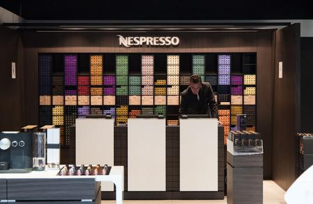 Amsterdam, Nederland-maart 15, 2017: nespresso winkel op schiphol luchthaven amsterdam