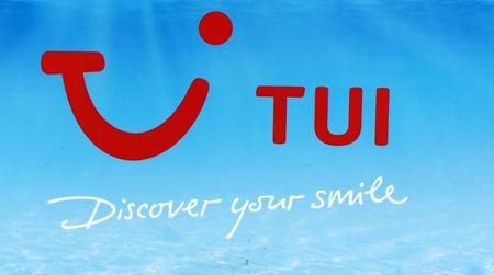 Amsterdam, Nederland-15 maart 2017: Tui ontdek uw glimlach letters op een muur op Schiphol Redactioneel