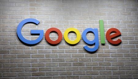 Amsterdam, Nederland - 15 september 2017: Brengt Google op een stenen muur