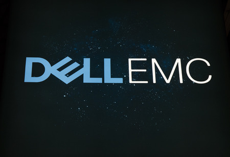 Amsterdam, Nederland - 15 september 2017: Dell emc brieven op een sterrenhemel