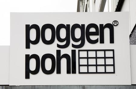 Amsterdam, Nederland - 1 oktober 2017: Poggen Pohl brieven op een bord in Amsterdam Redactioneel