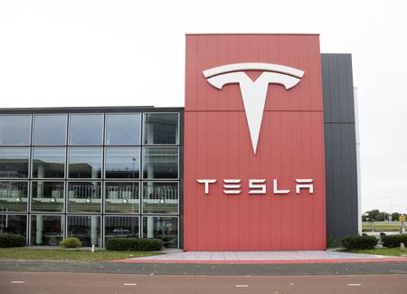 Amsterdam, Nederland-1 oktober 2017: Gebouw van de Tesla-dealer in Amsterdam