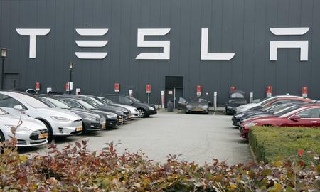 Amsterdam, Nederland - 1 oktober 2017: Tesla gebouw en parkeerplaats in Amsterdam Redactioneel
