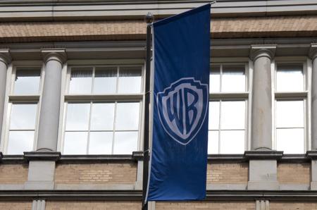 Amsterdam, Nederland, 5 augustus 2017: Warner Bros Flag op een gebouw in Amsterdam Redactioneel