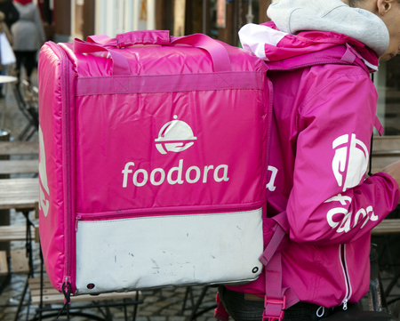 Amsterdam, Nederland - 17 december 2017: Foodora-koerier met rugzak in Asterdam