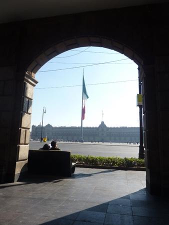 Een paar op een bankje observeren van de Zocalo plein in Mexico-Stad Stockfoto - 36197114
