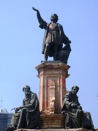 멕시코 시티의 레포르마 애비뉴에 콜럼버스 동상 에디토리얼