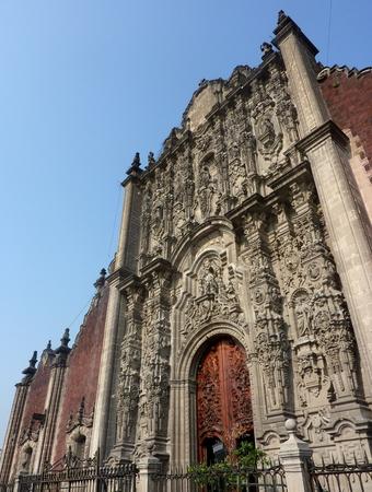 メキシコ市のソカロ広場の大聖堂の洗礼堂
