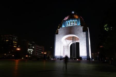 メキシコシティの夜の革命記念碑