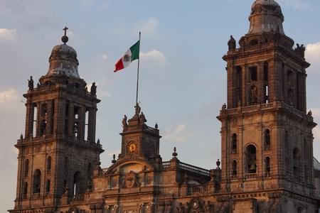 ダウンタウンのメキシコシティのソカロ広場のメトロポリタン大聖堂