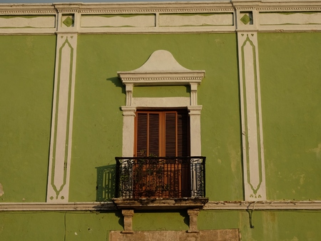 メキシコのカンペチェの美しい街でカラフルなウィンドウ 写真素材