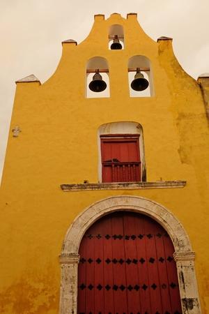 美しい黄色い教会のサン ・ ロケ カンペチェ メキシコの壁に囲まれたコロニアル様式の街で