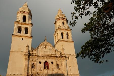 メキシコのカンペチェの城壁に囲まれたコロニアル様式の街サンフランシスコの美しい大聖堂