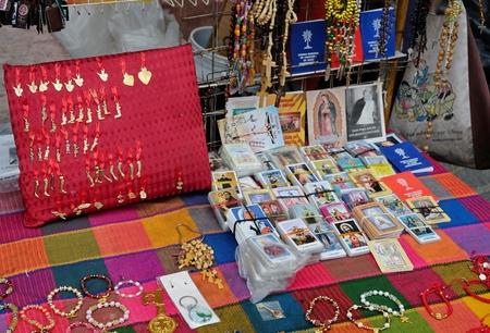 前 votos とメキシコの教会の外の宗教的なお土産 報道画像