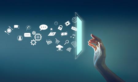 la main touchant le sceen avec beaucoup d'icônes jetées du sceen, technologie sur le concept de l'Internet des objets.