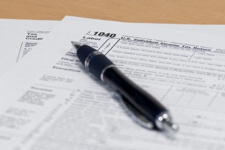 dichiarazione: Primo piano di un modulo fiscale 1040 IRS con una penna blu