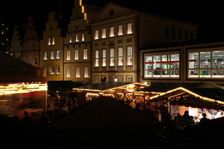 Ein Weihnachtsmarkt Standard-Bild - 50715545