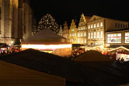 Ein Weihnachtsmarkt Standard-Bild - 50715547