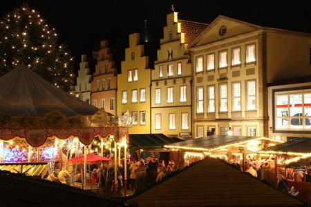 Ein Weihnachtsmarkt Standard-Bild - 50727079