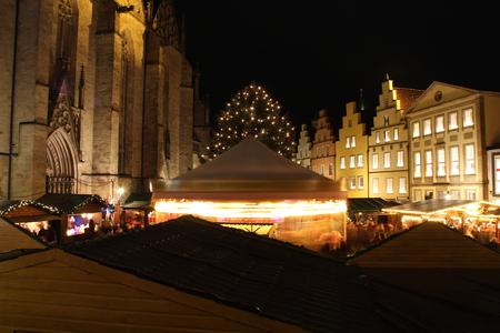 Ein Weihnachtsmarkt Standard-Bild - 50716141