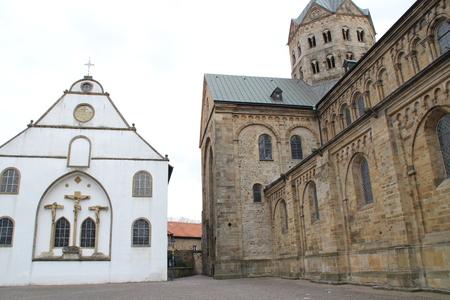 Eine Kathedrale mit einer Kirche Standard-Bild - 57919357