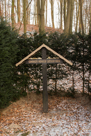 A cross in a forest Standard-Bild - 97327942