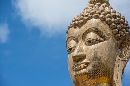 cabeza de buda: Cabeza de Buda de oro en el cielo azul, Tailandia