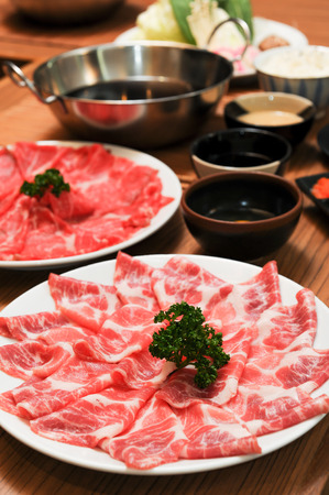 しゃぶしゃぶとすき焼きの新鮮な牛肉と豚肉のスライス