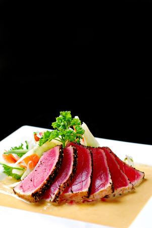 Aangebraden tonijn met salade en roomsaus