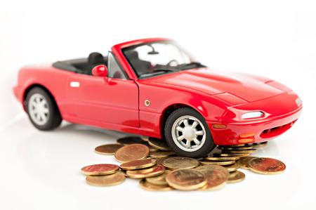 흰색 배경에 고립 돈 개념을 저장 동전에 빨간 차 스톡 콘텐츠