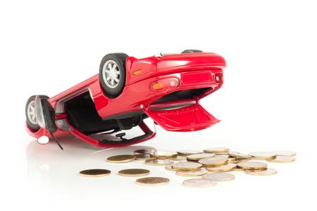 perdidas y ganancias: Deporte Red Car Crash, accidente, pérdida de dinero aislados en fondo blanco