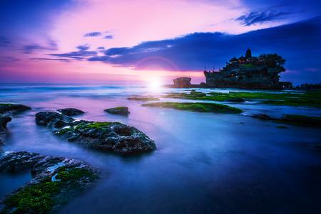 バリ ランドマーク タナロット寺院の夕日。バリ島、インドネシア 写真素材