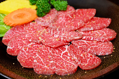 comida japonesa: Prima cruda de res kobe japonés en rodajas en un plato