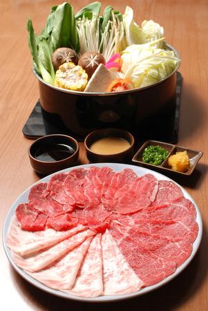 스키야키 신선한 쇠고기 돼지 고기 조각, 야채, 저녁 식사 세트 스톡 콘텐츠
