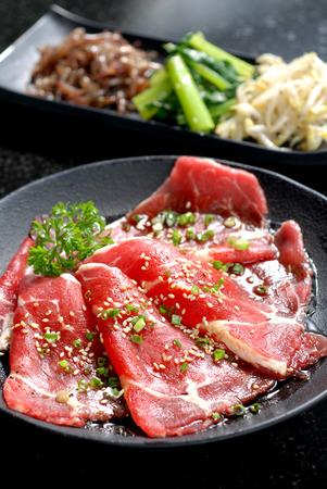 carne de res: Prima cruda carne de Kobe japonés en rodajas en un plato