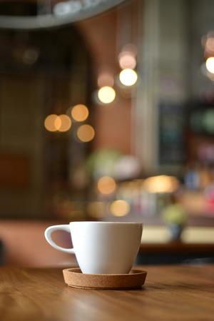 エスプレッソ コーヒーのカップは、カフェ ショップ背景をぼかし
