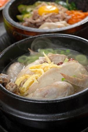 sopa de pollo: El ginseng sopa de pollo, favorita de Corea del men� de plato caliente