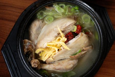 인삼 치킨 스프, 한국 좋아하는 뜨거운 그릇 메뉴 스톡 콘텐츠