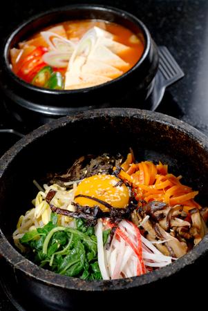 뜨거운 그릇 한국 음식에 야채와 쌀 스톡 콘텐츠
