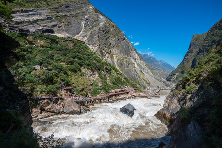 Tiger Leaping Gorge near Lijiang Ancient Town, Lijiang Attractions. One of the deepest canyons in the world r there is a rock in the middle of Golden Sand River called Tiger Leaping Rock in Hu Tiao Xia, Lijiang, Yunnan, China 版權商用圖片