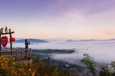 일출과 파이 지구 Mai 홍 손, 태국 통해 구름의 바다와 관광. Yun Lai Viewpoint는 중국 마을 위의 Pai 타운 센터 서쪽에서 약 5km 떨어져 있습니다.