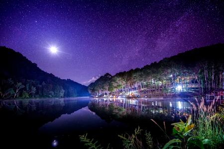 月とタイ北部のメーホンソーン県の市でパン Ung 湖で天の川の光で美しい夜の空。