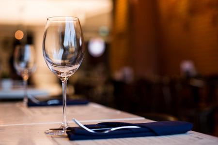 Empty Wine Glasses on table in restaurant Stockfoto